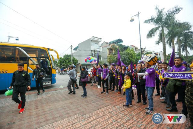 ẢNH: Các CĐV CLB Hà Nội cuồng nhiệt trước trận đấu quyết định trên sân Cẩm Phả - Ảnh 8.