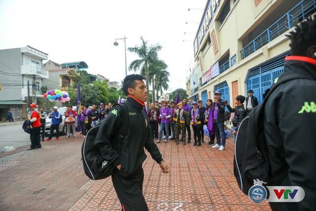 ẢNH: Các CĐV CLB Hà Nội cuồng nhiệt trước trận đấu quyết định trên sân Cẩm Phả - Ảnh 9.