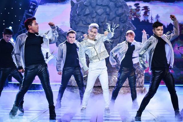 Ưng Hoàng Phúc vừa sâu lắng vừa cuồng nhiệt trong minishow Âm nhạc và Bước nhảy - Ảnh 2.