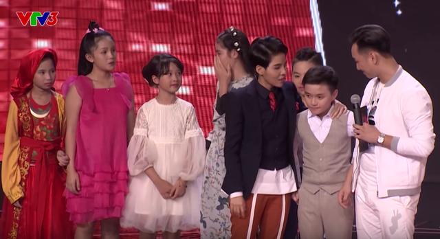 Giọng hát Việt nhí: Hương Tràm nấc nghẹn, Soobin gục đầu xuống ghế nóng khi loại thí sinh - Ảnh 1.