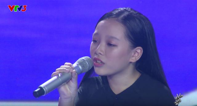 Giọng hát Việt nhí: Học trò của Soobin hóa thiếu nữ, nghẹn ngào hát Chị tôi - Ảnh 1.