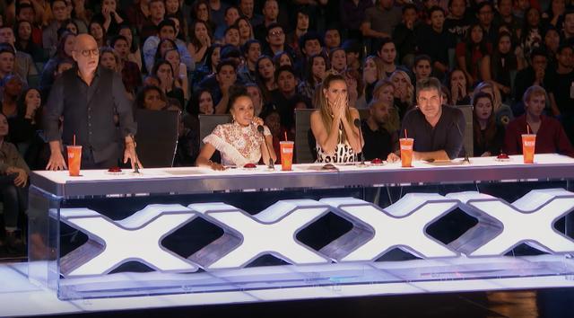 Hoảng hồn với chàng trai đánh cược cả tính mạng ở Americas Got Talent - Ảnh 3.