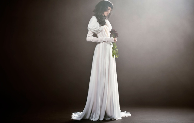 Không khoe eo thon, Vera Wang tung váy cưới ma mị, phá cách - Ảnh 10.