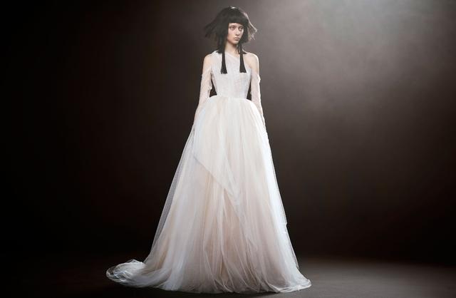 Không khoe eo thon, Vera Wang tung váy cưới ma mị, phá cách - Ảnh 9.