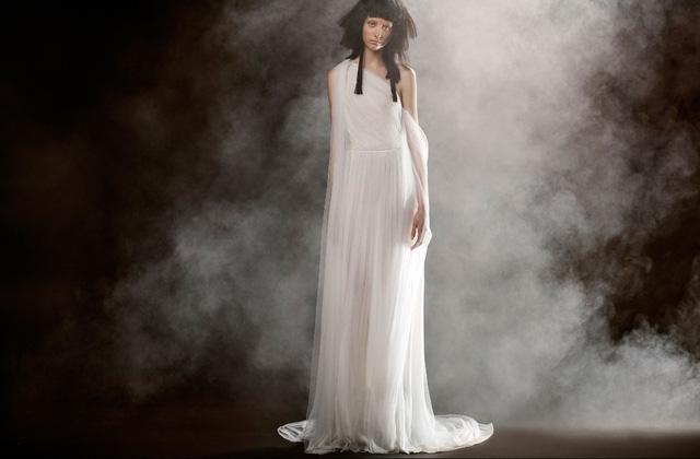 Không khoe eo thon, Vera Wang tung váy cưới ma mị, phá cách - Ảnh 7.