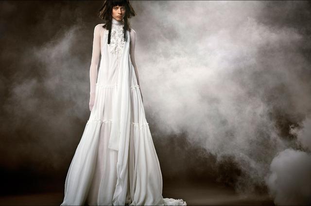 Không khoe eo thon, Vera Wang tung váy cưới ma mị, phá cách - Ảnh 3.
