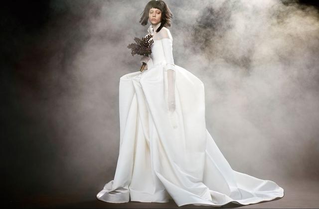 Không khoe eo thon, Vera Wang tung váy cưới ma mị, phá cách - Ảnh 1.