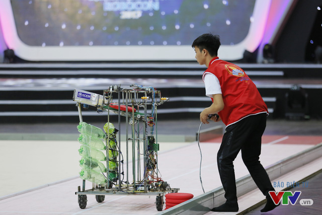 """Robocon Việt Nam 2017: """"Nghẹt thở"""" với những màn cản phá trên sân - Ảnh 3."""