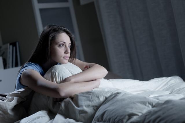 Những thủ phạm khiến bạn khó ngủ ngon giấc - Ảnh 2.