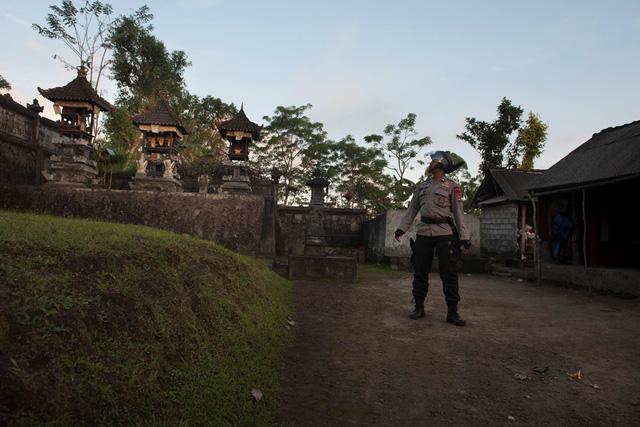 Indonesia ban bố cảnh báo cấp cao nhất về núi lửa phun trào tại Bali - Ảnh 3.
