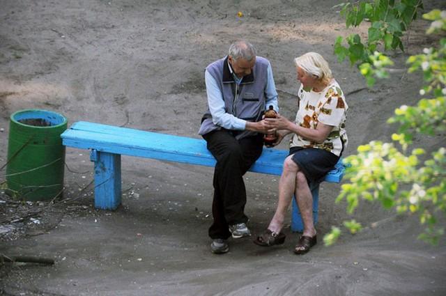 Nhiếp ảnh gia 10 năm chỉ chụp 1 chiếc ghế băng công viên - Ảnh 2.