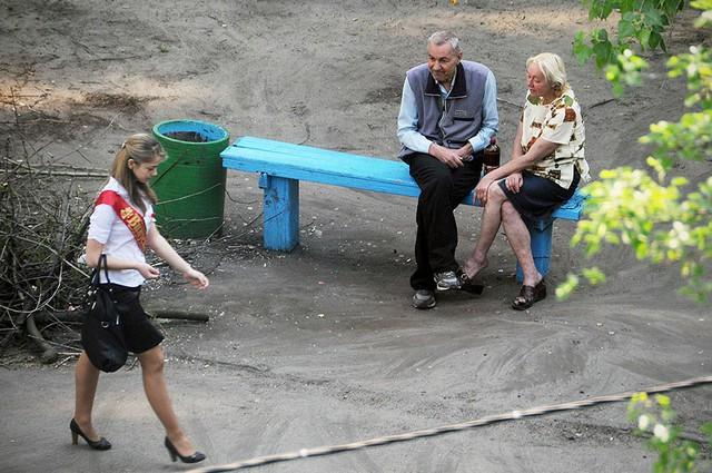 Nhiếp ảnh gia 10 năm chỉ chụp 1 chiếc ghế băng công viên - Ảnh 1.