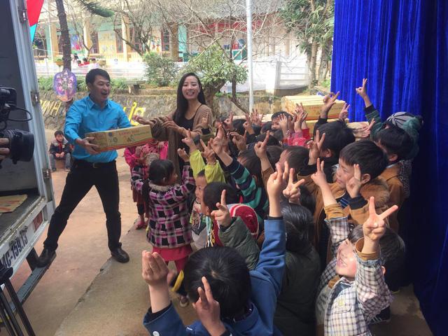Tết đến sớm với các em học sinh dân tộc Mông - Ảnh 10.