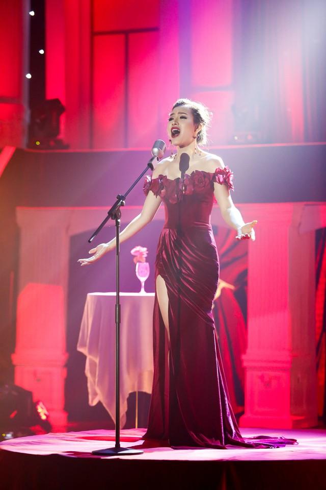 Phương Trinh Jolie diện váy xẻ cao đầy quyến rũ hát Tình đời - Ảnh 1.
