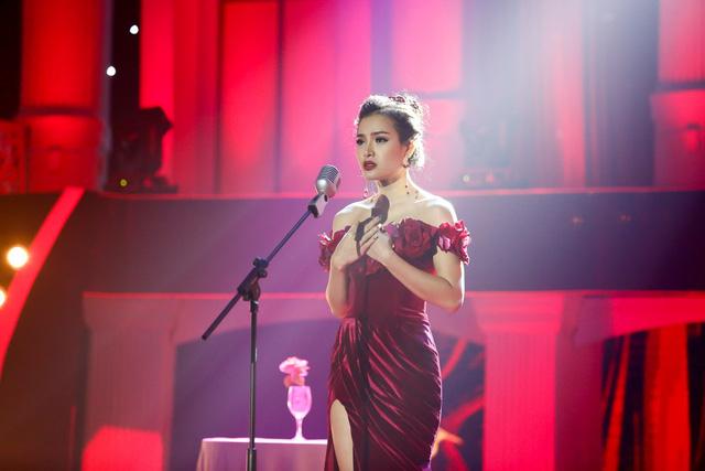 Phương Trinh Jolie diện váy xẻ cao đầy quyến rũ hát Tình đời - Ảnh 2.