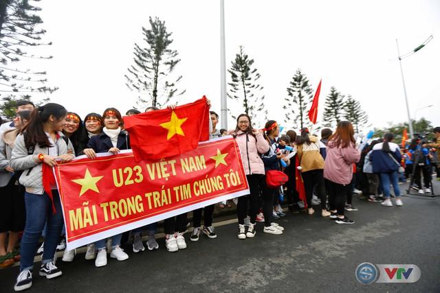 ẢNH: Khoảnh khắc vỡ òa khi người hâm mộ đón những người hùng U23 Việt Nam trở về - Ảnh 1.