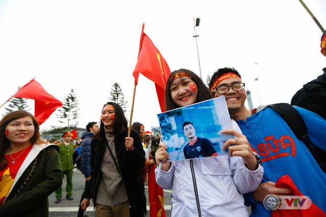 ẢNH: Khoảnh khắc vỡ òa khi người hâm mộ đón những người hùng U23 Việt Nam trở về - Ảnh 7.