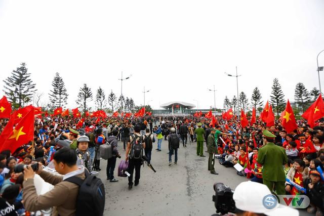 ẢNH: Khoảnh khắc vỡ òa khi người hâm mộ đón những người hùng U23 Việt Nam trở về - Ảnh 4.