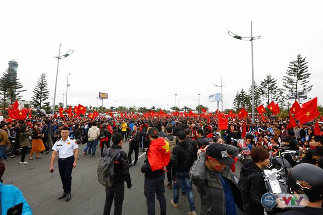 ẢNH: Khoảnh khắc vỡ òa khi người hâm mộ đón những người hùng U23 Việt Nam trở về - Ảnh 2.