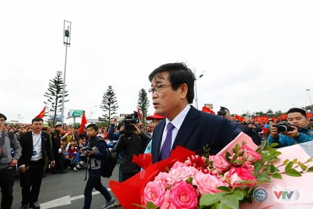 ẢNH: Khoảnh khắc vỡ òa khi người hâm mộ đón những người hùng U23 Việt Nam trở về - Ảnh 5.