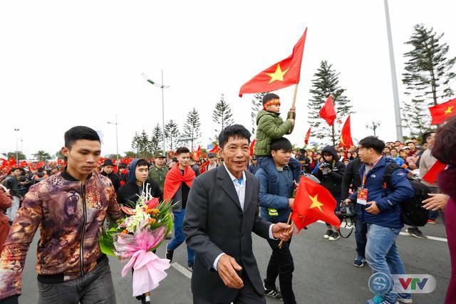 ẢNH: Khoảnh khắc vỡ òa khi người hâm mộ đón những người hùng U23 Việt Nam trở về - Ảnh 8.