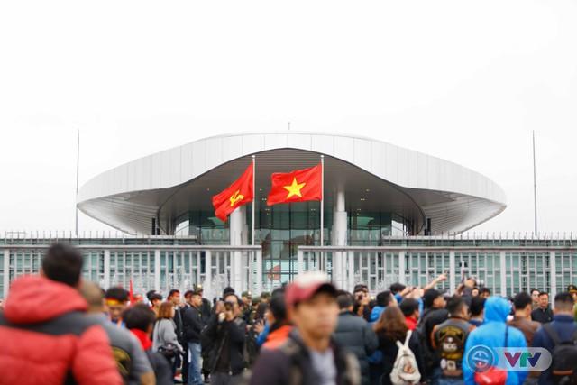 ẢNH: Khoảnh khắc vỡ òa khi người hâm mộ đón những người hùng U23 Việt Nam trở về - Ảnh 9.