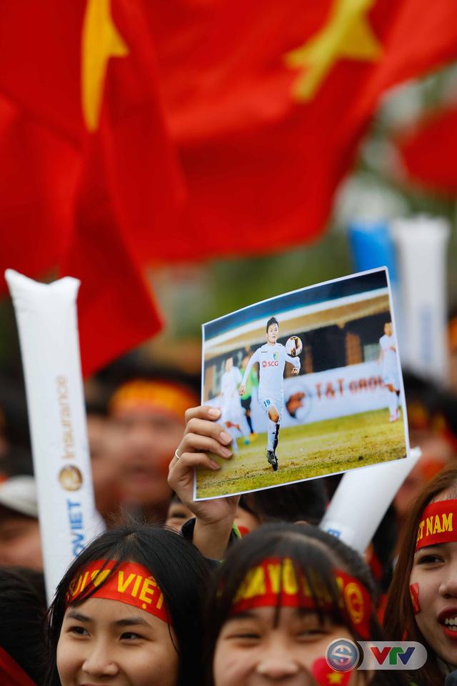 ẢNH: Khoảnh khắc vỡ òa khi người hâm mộ đón những người hùng U23 Việt Nam trở về - Ảnh 10.