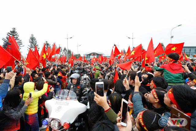 ẢNH: Khoảnh khắc vỡ òa khi người hâm mộ đón những người hùng U23 Việt Nam trở về - Ảnh 11.