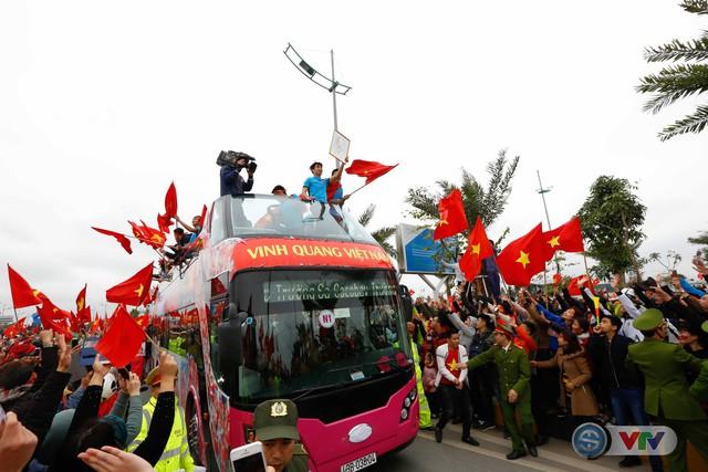 ẢNH: Khoảnh khắc vỡ òa khi người hâm mộ đón những người hùng U23 Việt Nam trở về - Ảnh 12.