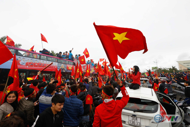 ẢNH: Khoảnh khắc vỡ òa khi người hâm mộ đón những người hùng U23 Việt Nam trở về - Ảnh 14.
