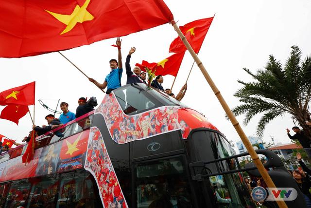 ẢNH: Khoảnh khắc vỡ òa khi người hâm mộ đón những người hùng U23 Việt Nam trở về - Ảnh 15.
