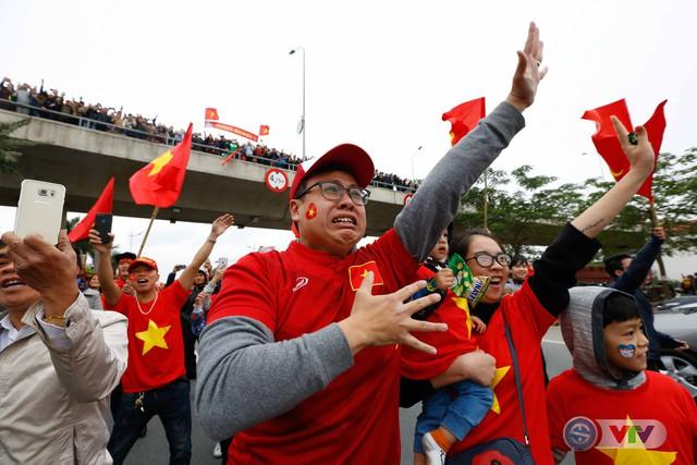 ẢNH: Khoảnh khắc vỡ òa khi người hâm mộ đón những người hùng U23 Việt Nam trở về - Ảnh 16.