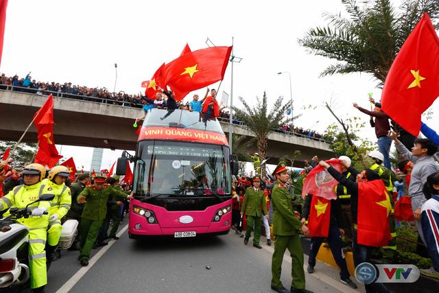 ẢNH: Khoảnh khắc vỡ òa khi người hâm mộ đón những người hùng U23 Việt Nam trở về - Ảnh 17.