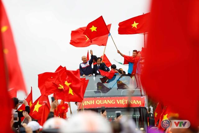 ẢNH: Khoảnh khắc vỡ òa khi người hâm mộ đón những người hùng U23 Việt Nam trở về - Ảnh 18.