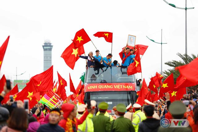 ẢNH: Khoảnh khắc vỡ òa khi người hâm mộ đón những người hùng U23 Việt Nam trở về - Ảnh 19.