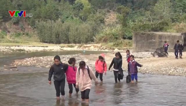 Cầu Đăk Pam sập 8 năm không sửa, dân liều mình lội suối - ảnh 1