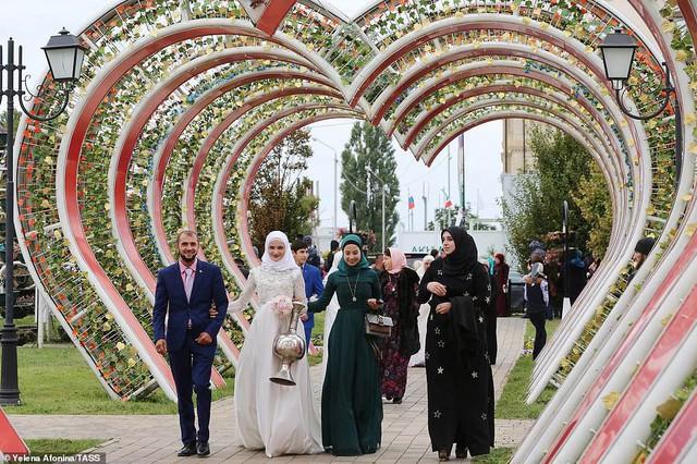 Tổ chức đám cưới tập thể với 200 cặp đôi tại Nga - Ảnh 4.