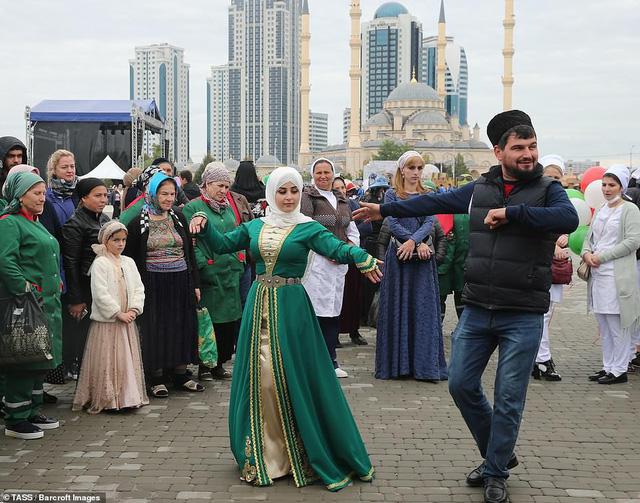 Tổ chức đám cưới tập thể với 200 cặp đôi tại Nga - Ảnh 6.