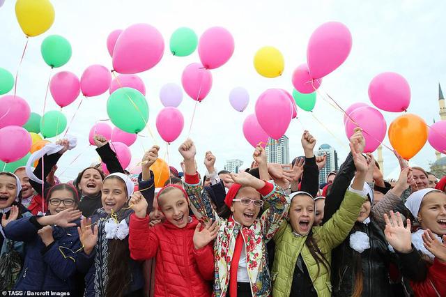 Tổ chức đám cưới tập thể với 200 cặp đôi tại Nga - Ảnh 5.