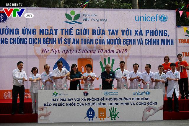 150 y bác sĩ nhảy flashmod vận động rửa tay bằng xà phòng - Ảnh 1.