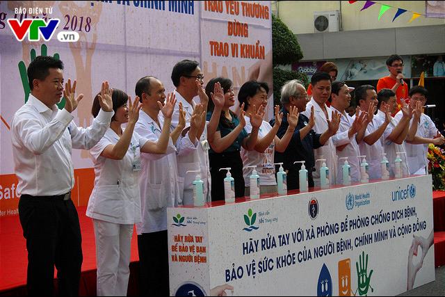 150 y bác sĩ nhảy flashmod vận động rửa tay bằng xà phòng - Ảnh 2.