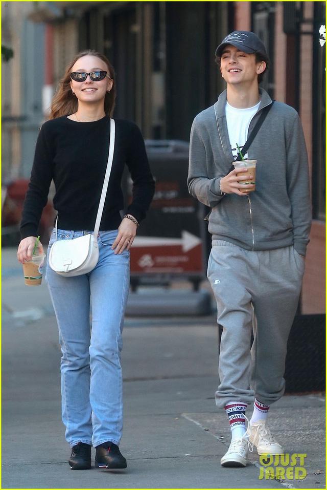Con gái Johnny Depp không ngừng hôn môi bạn trai trên phố - Ảnh 2.
