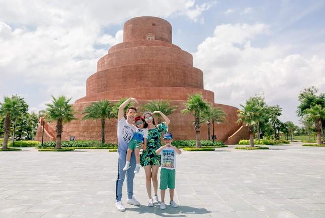 Vợ chồng ca sĩ Đăng Khôi vui vẻ đi du lịch cùng hai con - Ảnh 9.
