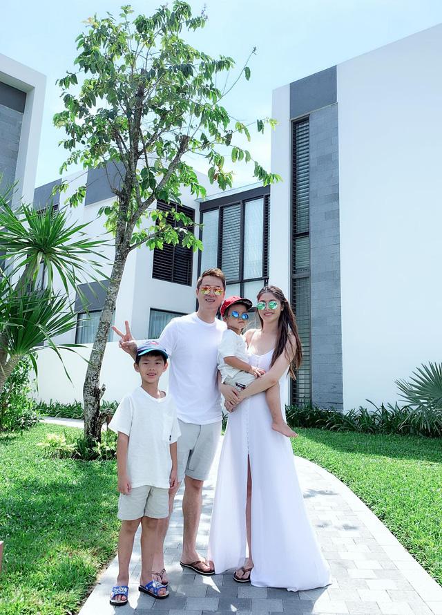 Vợ chồng ca sĩ Đăng Khôi vui vẻ đi du lịch cùng hai con - Ảnh 1.