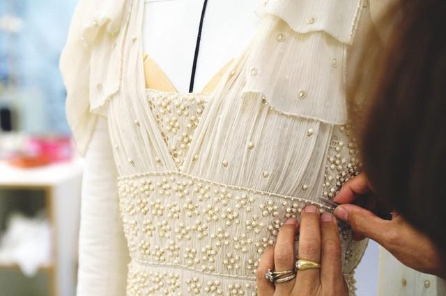 Cận cảnh váy cưới giá 1,3 tỷ đồng của Đường Yên - Ảnh 5.