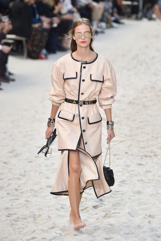Chanel biến bảo tàng thành bãi biển để trình diễn thời trang - Ảnh 4.