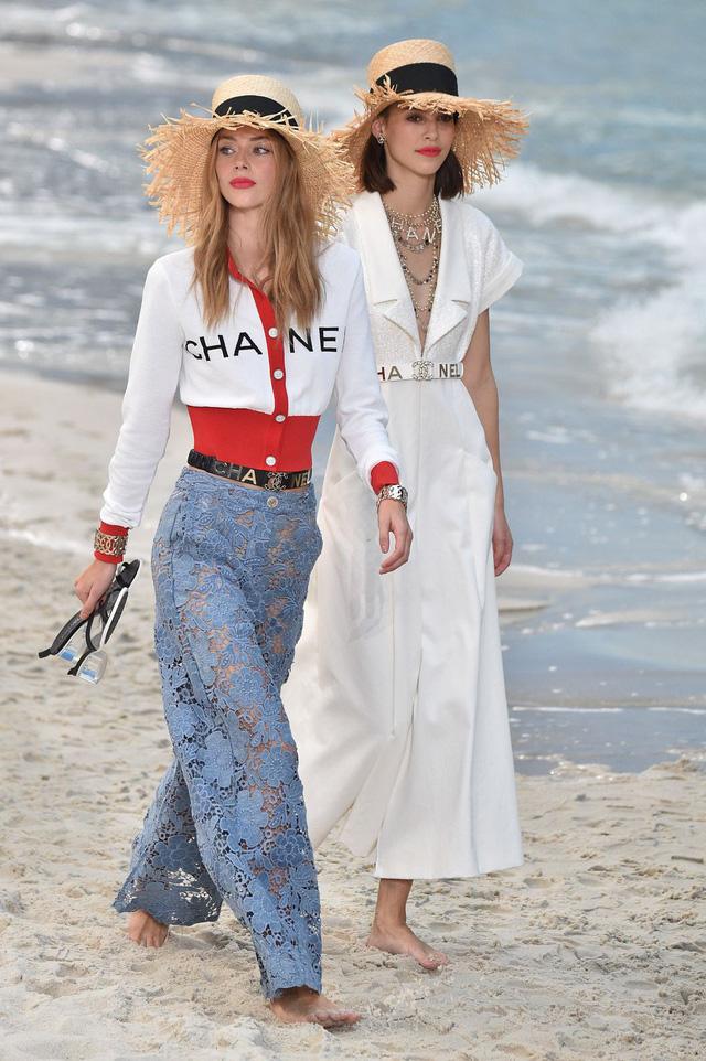 Chanel biến bảo tàng thành bãi biển để trình diễn thời trang - Ảnh 5.