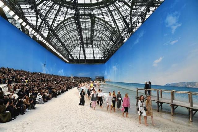 Chanel biến bảo tàng thành bãi biển để trình diễn thời trang - Ảnh 2.