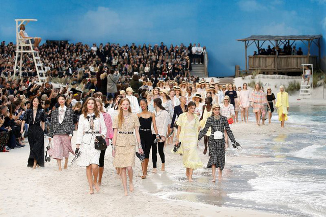Chanel biến bảo tàng thành bãi biển để trình diễn thời trang - Ảnh 1.