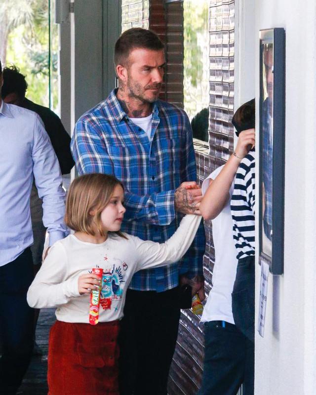 Gia đình Victoria Beckham tụ tập sau phát ngôn gây sốc của David Beckham - Ảnh 1.